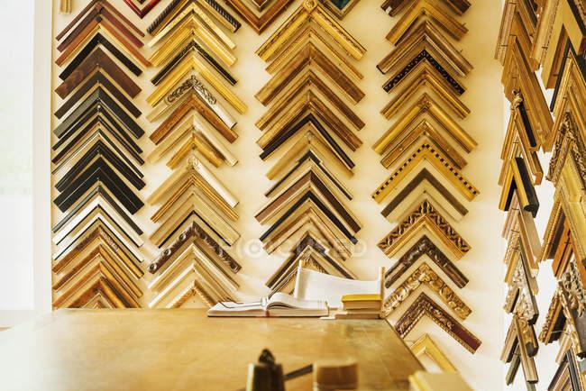 Vue intérieure d'un atelier encadreurs photo — Photo de stock