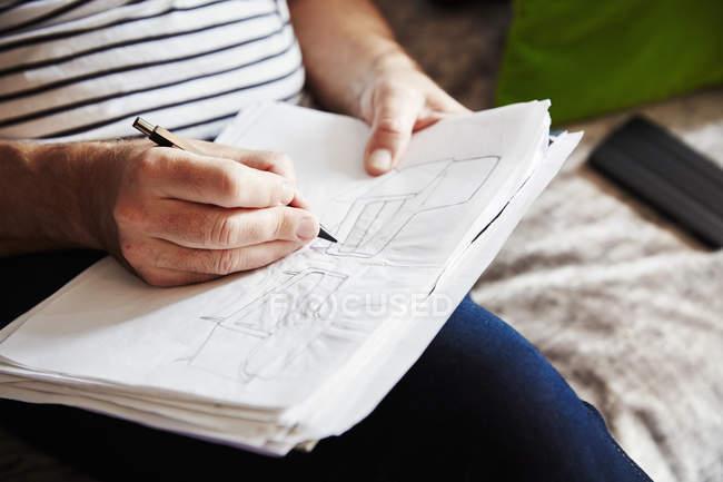 Человек рисует эскизы — стоковое фото