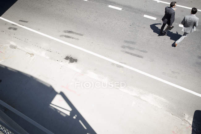 Geschäftsleute, die Überquerung der Straße in New York — Stockfoto
