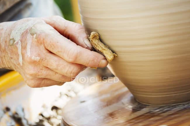 Жінка Поттер роботи з глиною — стокове фото