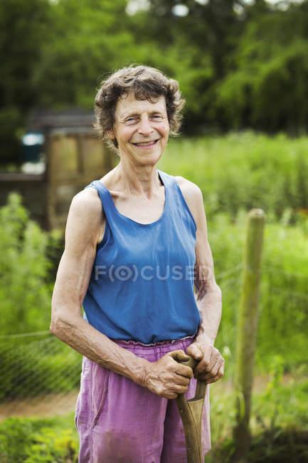 Жінка холдингу лопатою — стокове фото