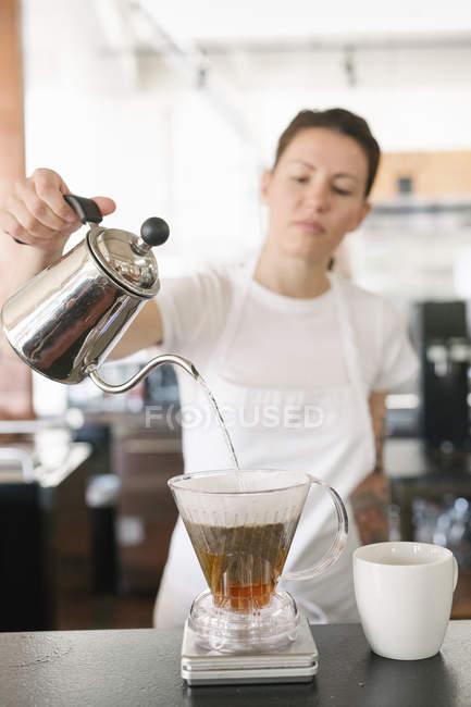 Mulher fazendo café filtro. — Fotografia de Stock