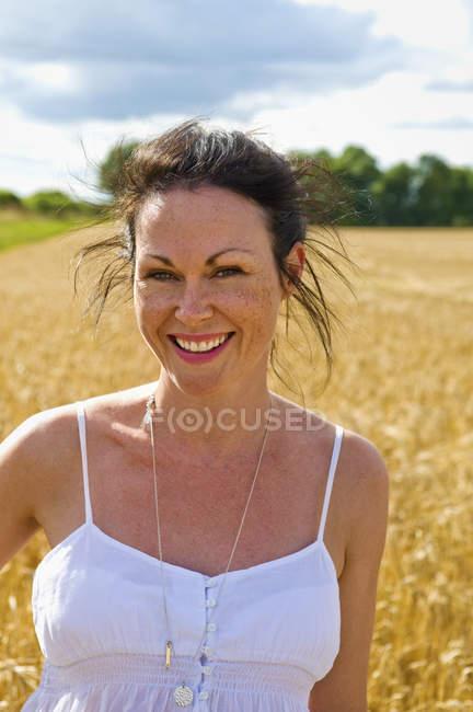 Mulher em campo aberto . — Fotografia de Stock