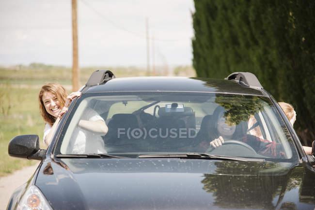 Жінок, спираючись із машини — стокове фото
