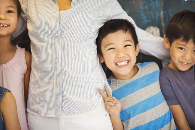 Дети в школе с учителем . — стоковое фото