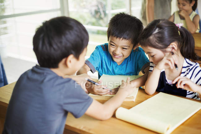 Children working together in a classroom — Stock Photo