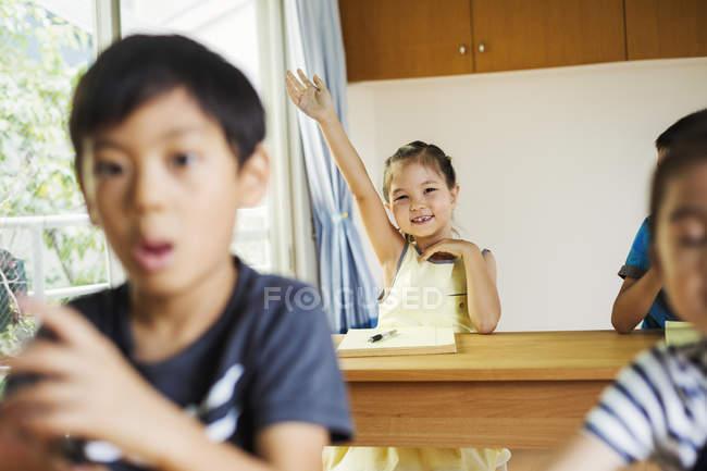 Chica dispuesta a responder a una pregunta . — Stock Photo