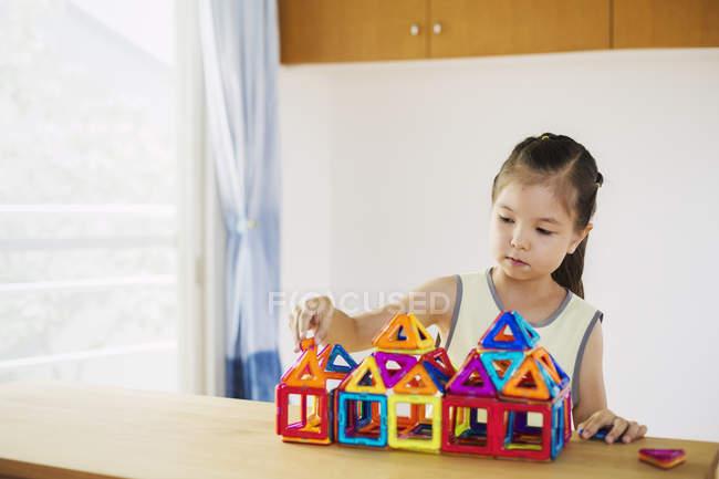 Девушка, построение структуры с геометрическими фигурами. — стоковое фото
