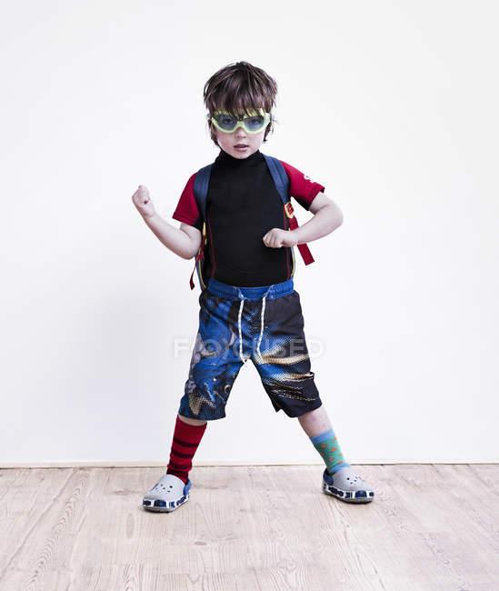 Garçon portant une teeshirt pirate — Photo de stock