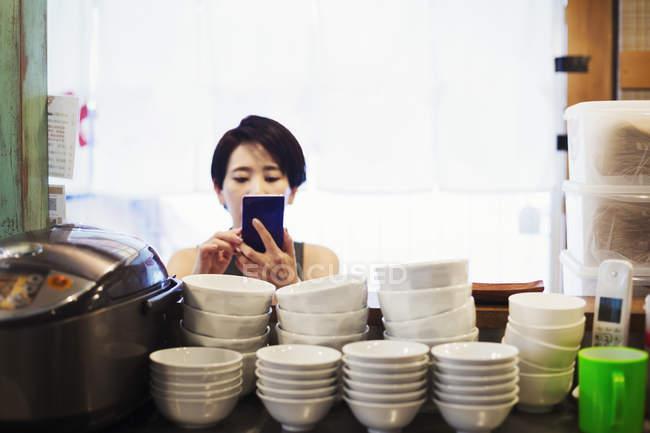 Женщина в ramen лапши магазин — стоковое фото