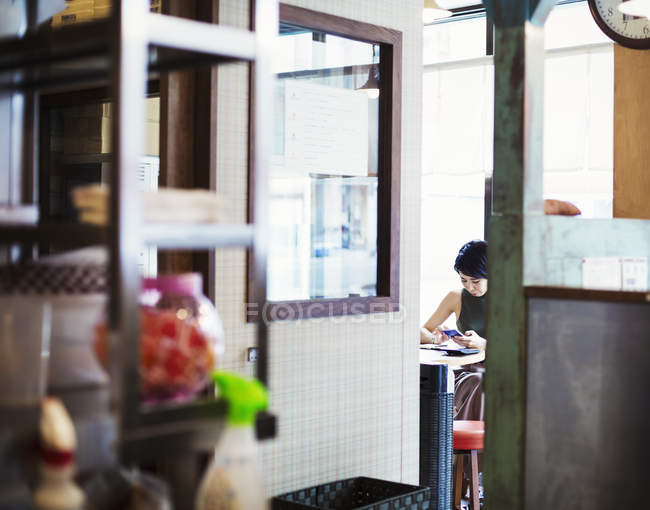 Woman in ramen noodle shop. — Stock Photo