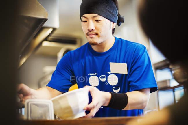Шеф-кухар готує миску локшини рамен — стокове фото