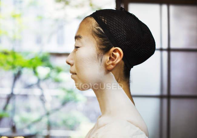 Moderne Geisha Vorbereitung auf traditionelle Art und Weise — Stockfoto