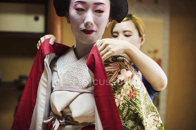 Geisha moderna che si prepara in modo tradizionale — Foto stock