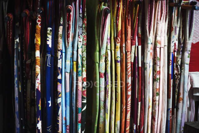 Reihen von bunten Stoff aufhängen — Stockfoto