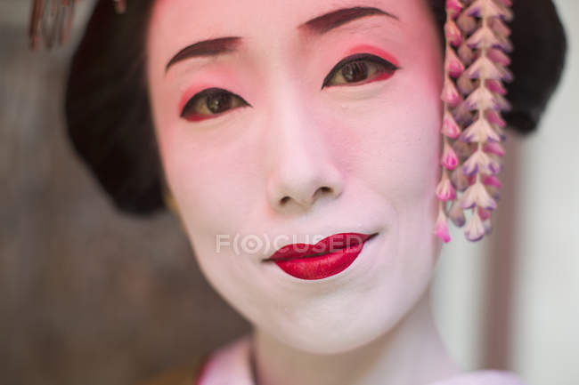 Woman dressed in the traeditional geisha style — Stock Photo