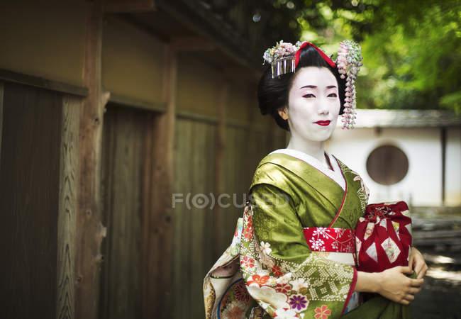 Donna che indossa un kimono e obi — Foto stock