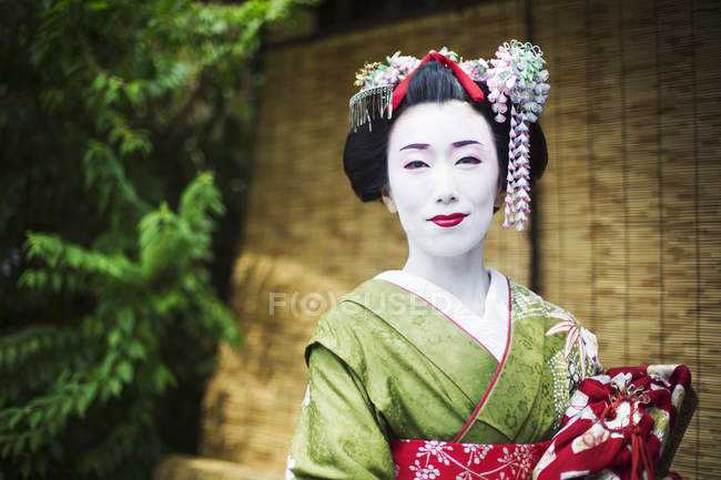 Frau im traditionellen Geisha-Stil — Stockfoto