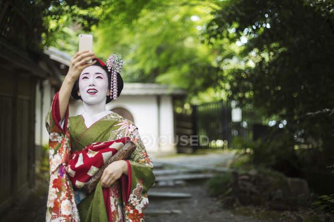Женщина в кимоно и оби — стоковое фото