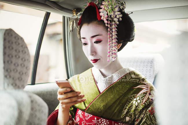 Женщина, одетая в стиле traeditional гейши — стоковое фото