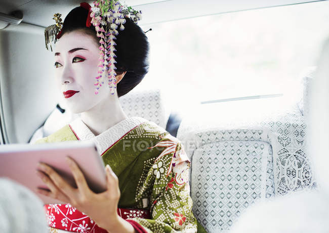 Mulher vestida no estilo gueixa traedicional — Fotografia de Stock