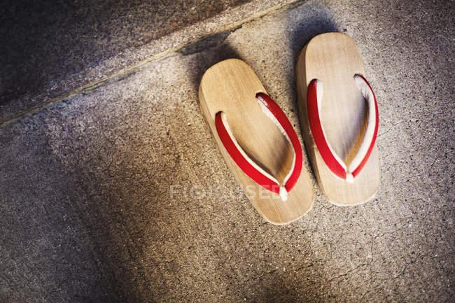 Sandálias de madeira tradicionais — Fotografia de Stock