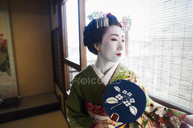 Frau in der Traeditional-Geisha-Stil gekleidet — Stockfoto