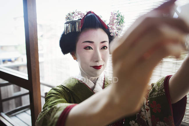 Donna vestita in stile geisha traeditional — Foto stock