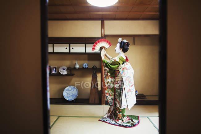 Donna vestita in stile geisha traeditional — Foto stock