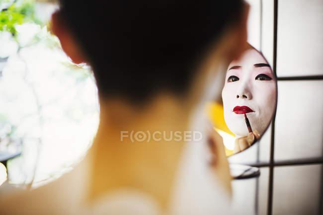 Geisha und Maiko mit Friseur- und Make-up-Künstler — Stockfoto
