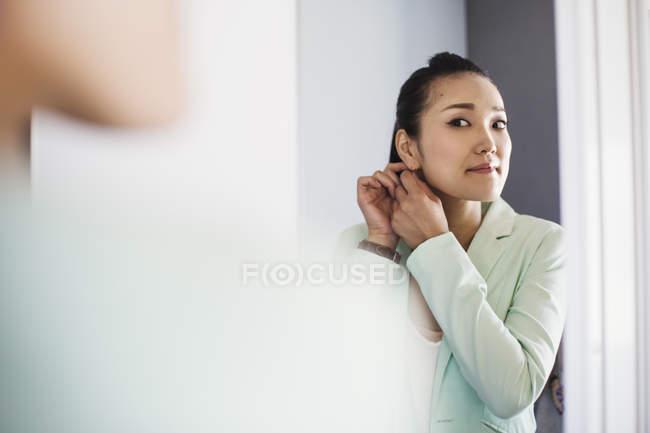 Деловая женщина одевается и надевает украшения . — стоковое фото