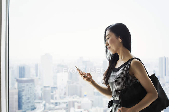 Деловая женщина с помощью смартфона — стоковое фото
