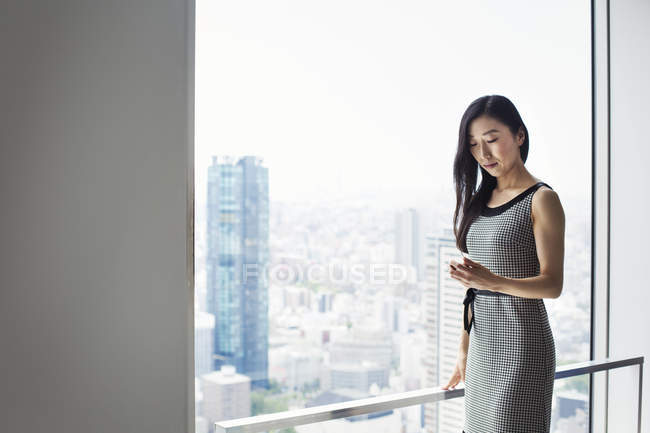Business woman using smart phone — Stock Photo