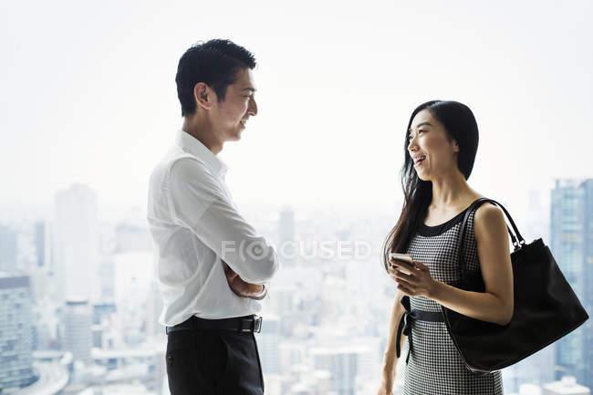 Empresários no escritório em pé à janela — Fotografia de Stock