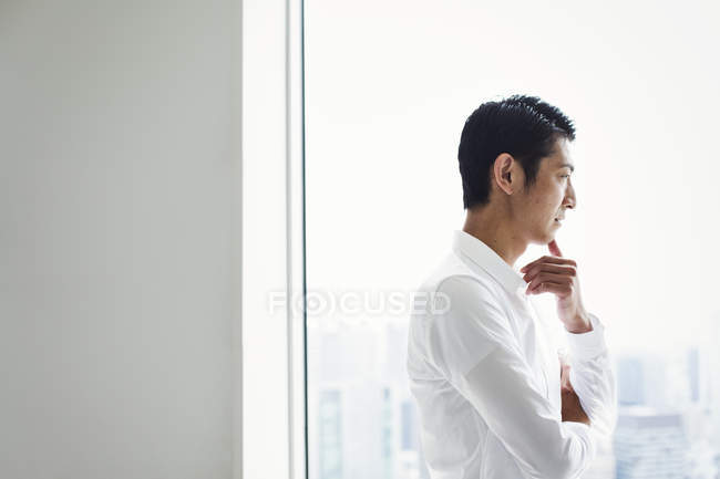 Geschäftsmann im Büro am Fenster — Stockfoto