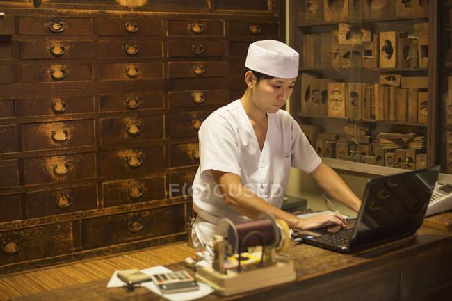 Piccolo produttore artigianale di dolci wagashi . — Foto stock