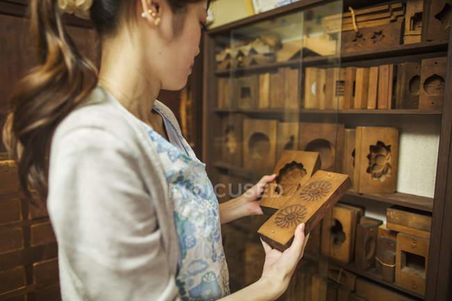 Productor pequeño artesano de wagashi - foto de stock