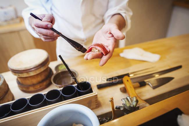 Master chef making sushi — Stock Photo