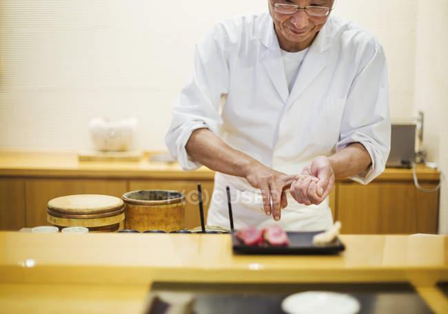 Представляючи свіжим пластини суші шеф-кухаря. — стокове фото