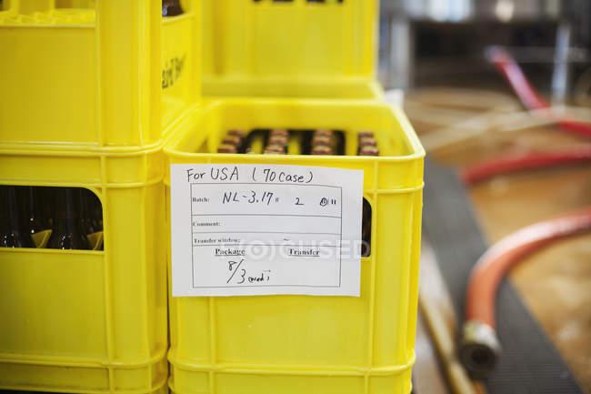 Gelber Kunststoff Kiste mit Bierflaschen — Stockfoto