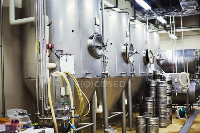 Металлические пивные баки на пивоваренном заводе . — стоковое фото