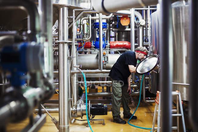 Uomo che lavora in una fabbrica di birra — Foto stock
