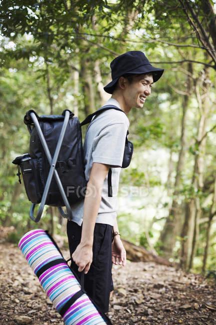 Mann mit Picknickdecke — Stockfoto