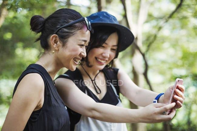 Frauen, die eine Selfie im Wald — Stockfoto