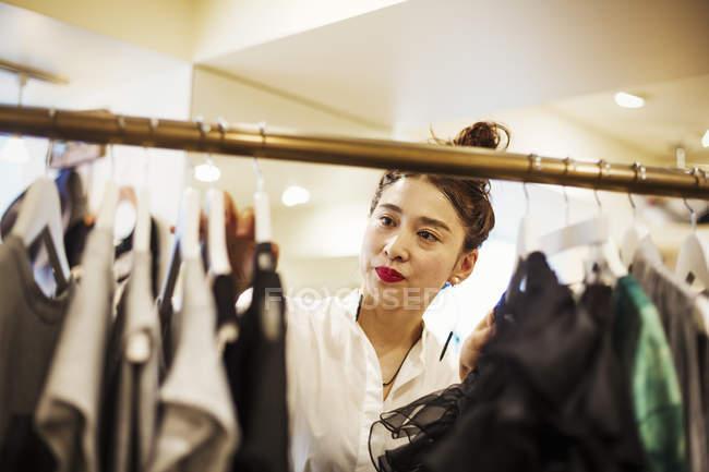 Donna che lavora in una boutique di moda — Foto stock