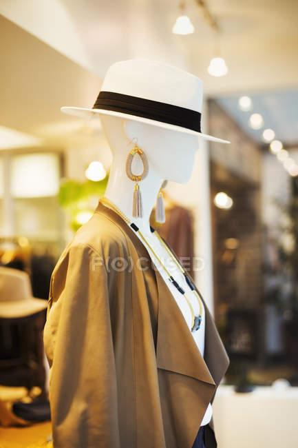Манекен в модном бутике — стоковое фото