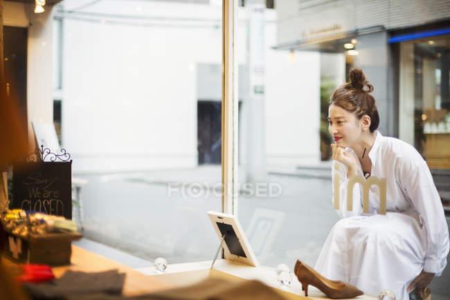 Жінки, що працюють в мода бутік — стокове фото