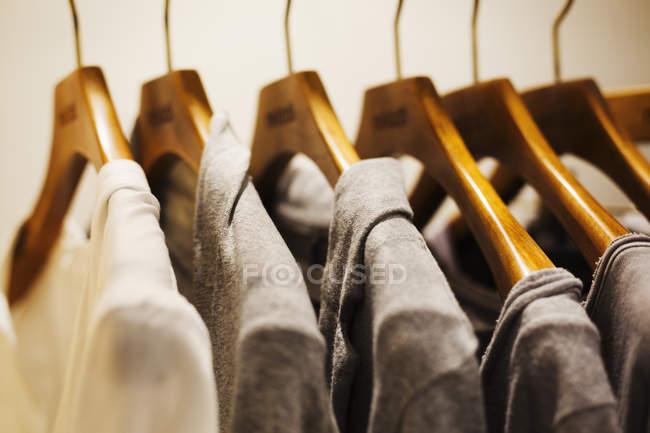 Рядок одяг на вішалки дерев'яні — стокове фото
