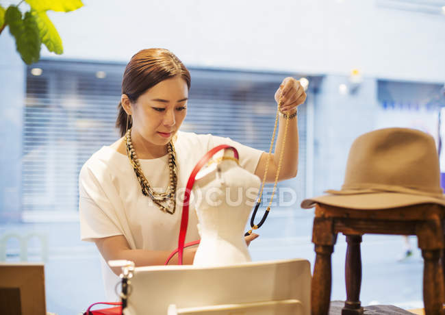 Woman working in a fashion boutique — Stock Photo