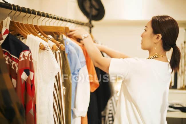 Mulher que trabalha em uma boutique de moda — Fotografia de Stock